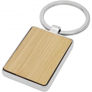 Rechteckiger Schlüsselanhänger in Premiumqualität aus Bambus mit Metallgehäuse aus Zink Legierung, geliefert in einem braunen Papierumschlag. Die Größe des Schlüsselanhängers beträgt 5 x 3 cm. Hergestellt für Lasergravur.