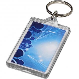 Transparenter, rechteckiger G1-Schlüsselanhänger mit metallenem Schlüsselring. Dieser Schlüsselanhänger kann mit einer Münze wieder geöffnet werden. Der Metallring bietet ein flaches Profil, das sich ideal für Mailings eignet. Abmessungen der Druckeinlage: 5,0 cm x 3,0 cm.