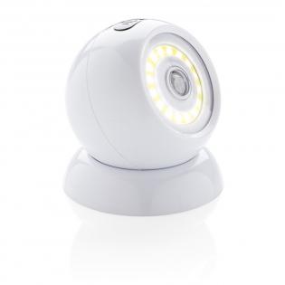 Ultrahelle COB Leuchte aus ABS mit magnetischer Halterung und doppelseitigem 3M Klebestreifen um die Basis auf allen glatten Oberflächen zu befestigen. Die Lampe verfügt über einen Bewegungssensor und wird Ihren Weg selbst ohne an- und ausschalten erhellen. Die Lampe selbst hält magnetisch an der Basis und kann nun in alle Richtungen gedreht werden. Inkl. Batterien.