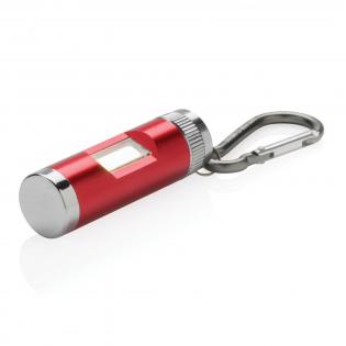 Lampe torche avec LED de type COB (Chips On Board) ultra lumineuse. Facile à accrocher sur votre sac, vestes ou bureau grâce à son mousqueton. Piles incluses.