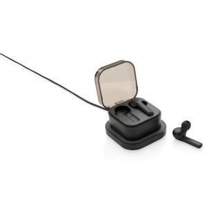 Ultieme vrijheid tijdens het luisteren naar je favoriete muziek met deze true wireless oordopjes. Combineer gewoon beide ABS-oordopjes om in stereo naar je muziek te luisteren en oproepen te beantwoorden (mono). De oordopjes worden geleverd in een stijlvolle oplaadbehuizing die draadloos kan worden opgeladen via de meegeleverde 5W draadloze oplader. Deze oplader kan ook worden gebruikt om uw mobiele telefoon op te laden. De draadloze oplader is compatibel met alle QI-compatibele apparaten, zoals de nieuwste generatie Android, iPhone 8 en hoger. Inclusief microkabel van 150 cm. De oordopjes gebruiken BT 5.0 voor een soepele verbinding en hebben een batterij van 50 mAh die een speelduur van u tot 3 uur mogelijk maakt en in 2 uur opnieuw kan worden opgeladen in het oplaadetui. De draadloze afstand is maximaal 10 meter. Inclusief oordopjes van verschillende grootte. Input 5V / 1A Draadloze output: 5V / 1A.