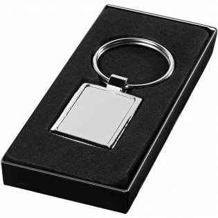 Tijdloze metalen sleutelhanger. Geleverd in een zwarte geschenkverpakking.