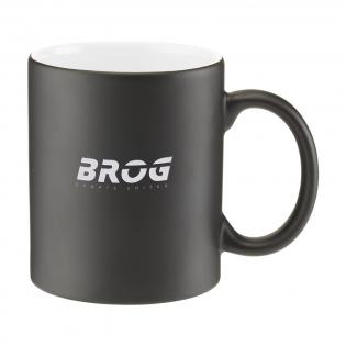 Un mug en céramique de haute qualité qui attire immédiatement l'attention grâce à son aspect particulier. Le mug coloré dispose d'une couche supérieure noire mate. En traitant ce mug avec une gravure au laser, la sous-couche colorée apparaît et chaque logo correspond toujours à la couleur de l'intérieur du mug. Capacité 350 ml. Pas lave-vaisselle.