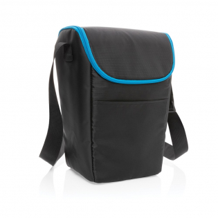 This sturdy cooler bag is ideal for keeping your food and drinks fresh. The compact bag can be carried as a crossbody bag and fits into your backpack. The cooler bag fits up to 6 cans or 2 bottles. With an external front and top zipper pocket for your keys and other essentials. Exterior ripstop and tarpaulin material, interior 100% PEVA.