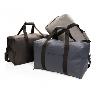 Diese Wochenendtasche aus glattem PU eignet sich für tägliche Ausflüge ins Fitnessstudio sowie für einen Wochenendausflug. Sie verfügt über ein kastenförmiges, minimalistisches Design, eine Außentasche vorne, eine Innentasche und ein großes Hauptfach. Zudem hat die Tasche ein praktisches Schuhfach an der Seite. Mit dem verstellbaren Gurt kann sie über der Schulter oder quer getragen werden, oder Sie halten Sie in der Hand mit den stabilen Stoffgriffen. Außen 100% PU. Innen aus 100% 210D Polyester. PVC-frei.