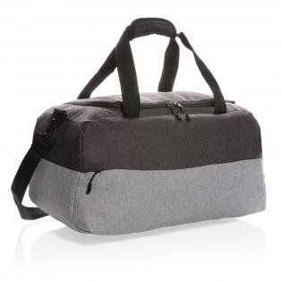 Diese Wochenendtasche aus wiederverwendeten Plastikflaschen ist der perfekte Reisebegleiter. Nicht nur stylisch, auch nachhaltig. Mit einer Öffnung in U-Form für das große Hauptfach sowie einer RFID geschützten Tasche für Ihr Portemonnaie. Mit abnehmbarem Schultergurt um die Tasche auf vielerlei Arten zu tragen. Außen aus 100% 600D RPET, das Futter aus 210D Polyster. PVC-frei.