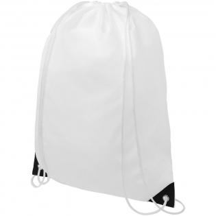 Sportbeutel mit Hauptfach und Kordelzugverschluss in weißer Farbe. Ausgestattet mit gefärbten verstärkten Ecken. Beständigkeit bis zu 5 kg.