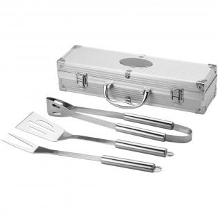 Pfannenwender, Zange und Gabel im Aluminiumkoffer mit Logoplatte aus Metall.