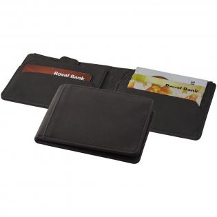 Portefeuille anti-RFID avec des compartiments secrets comme une pochette secrète pour clé, un panneau arrière caché pour de l'argent, une poche pour des carte avec un accès facile grâce à une languette tirable, quatre compartiments pour cartes, une poche avant et une poche pour de l'argent. Présenté dans une boîte cadeau Marksman.
