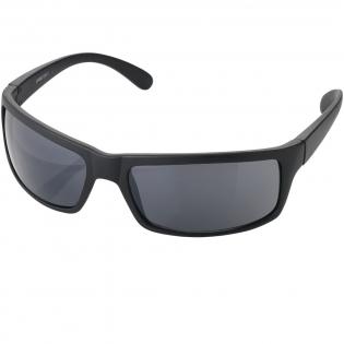 Stoere zonnebril met glazen van categorie 3 glazen en een zachte hoes met trekkoordsluiting. Conform EN ISO 12312-1 en met UV 400.