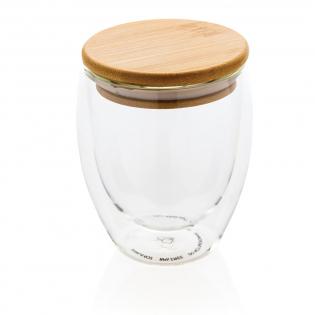 Dit dubbelwandige borosilicaat glas heeft een strak 2-laags ontwerp dat al je favoriete drankjes laat zien! Wat je ook serveert, cappuccino, thee of latte blijft goed warm terwijl je hand koel blijft. Inclusief bamboe deksel. Het wordt aanbevolen om het glas en bamboe deksel met de hand te wassen. Inhoud 250 ml. BPA-vrij.