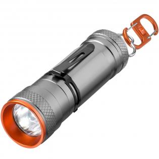 Torche/lanterne à double usage avec LED super lumineuse 3W CREE. Dotée de 4 modes d'éclairage et d'une fonction zoom. La lanterne peut être utilisée debout ou suspendue en utilisant le double mousqueton au design exclusif. Comprend un ressort métallique amovible pour un positionnement à l'avant ou à l'arrière. Un manuel en EN/FR/DE/IT/ES/NL est ajouté pour des raisons pratiques. Présentation dans un coffret cadeau Elevate. Piles fournies et insérées. Design Exclusif.