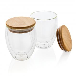 Dit dubbelwandige borosilicaatglas heeft een strak dubbelwandig ontwerp dat al je favoriete drankjes laat zien! Wat je ook serveert, cappuccino, thee of latte blijft heet terwijl je hand koel blijft. Inclusief bamboe deksel. Het wordt aanbevolen om de bamboe deksel en het glas met de hand te wassen. Capaciteit 350 ml. BPA-vrij.
