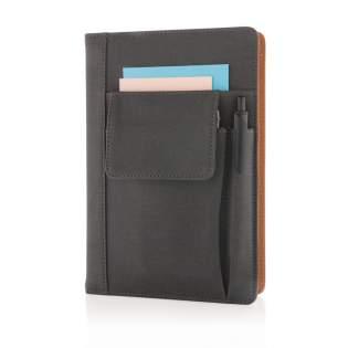 Carnet de notes avec housse en PU incluant une pochette à téléphone (14x10cm), rangement stylo et poche principale pour cartes de visite. Marque-pages noir, 80 feuilles/160 pages 80g/m².  La housse peut être réutilisée avec un autre carnet A5.