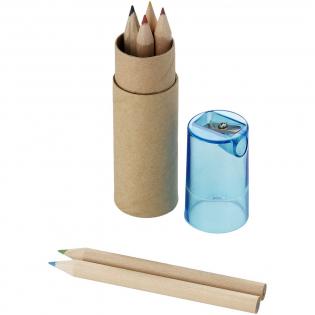 6 Farbstifte in zylinderförmigem Karton mit Spitzer im Kunststoffdeckel.