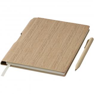 Ingebonden A5 formaat notitieboek met 80 pagina's van 70 gram gelinieerd papier. Bijpassende kunststof balpen in de binding.