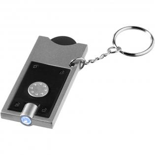 1 Euro große Plastikmünze mit 6 mm Loch und Halter und einem weißen LED Schlüssellicht. Geteilter Schlüsselring aus Metall mit einem Durchmesser von 25 mm. Batterien mitgeliefert und eingelegt.