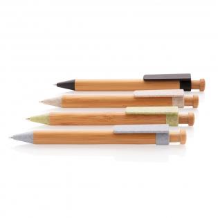 Schrijf al je notities en briljante ideeën op met deze mooie bamboe pen. Bewaar de pen altijd in je tas of notitieboek om ervoor te zorgen dat geen enkel idee verloren gaat. Gemaakt met bamboe en tarwestro. Tarwestro samenstelling van de clip is 40% tarwestro en 60% ABS. Inclusief Duitse ca. 1200m schrijflengte Dokumental® blauwe inkt vulling met TC-ball voor ultra vloeiend schrijfplezier.