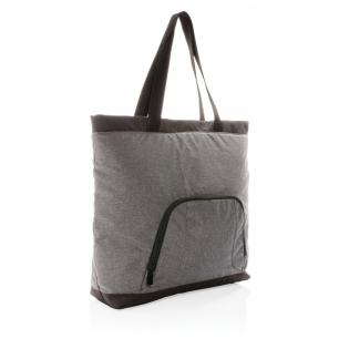Diese stylische Kühltasche bietet Platz für bis zu 4 aufrechtstehende Flaschen und hat zudem noch eine geräumige Vortasche mit Reißverschluss. Hergestellt aus nachhaltigem 100% 300D RPET außen, das Futter aus 100% PEVA. Registered design®