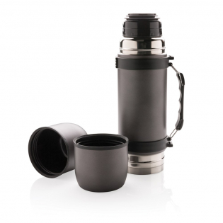 Stainless steel double wall vacuum flask in an elegant design with grip and shoulder strap and contains two matching cups for an optimal drinking experience. Leakproof and handwash only. Content 700ml.