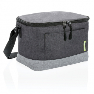 With a 6-can capacity, there is plenty of room to store your food and drinks. Additional features include a front pocket and shoulder strap. Made of sustainable RPET. Registered design® Exterior: 100% 600D melange RPET / Lining: 100% PEVA