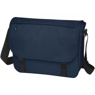 Nachhaltige GRS-zertifizierte RPET-Laptoptasche aus 60% recycelten Materialien. Ausgestattet mit einem großen Hauptfach mit Reißverschluss, einer gepolsterten 15-Zoll-Laptophülle und einem Frontfach (beide mit Klettverschluss). Kommt mit einer Abdeckklappe mit Reißverschlusstasche und Schnallenverschluss. Ausgestattet mit einem bequemen, gepolsterten und verstellbaren Schultergurt und einer Trolley-Befestigung auf der Rückseite.