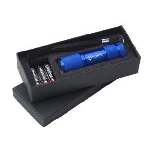 Aluminium-Stablampe mit 9 hellweißen, energiesparenden LED-Lampen und abnehmbarer Schlaufe. Maße: Ø 2,7 x 9 cm. Inkl. Batterien. Pro Stück in einer Verpackung.