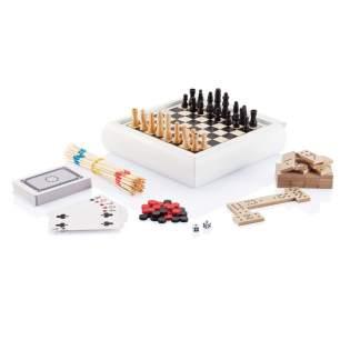 Spellenset inclusief mikado, stok kaarten, domino, schaak en backgammon, in witte houten doos met schaakbord op de deksel en backgammon op de bodem van de doos. Verpakt in luxe geschenkdoos.