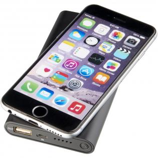 Die Glisten drahtlose und leuchtende Powerbank mit 4000 mAh hat einen wiederaufladbaren Lithium-Polymer-Akku und kann als Lade-Pad oder Powerbank für unterwegs verwendet werden. Leistung: 5V/2A. Unterstützt das kabelloses Aufladen bis zu 1A für Geräte, die für das drahtlose Aufladen geeignet sind. iPhone-Modelle vor der Generation 8 benötigen für das kabellose Aufladen einen externen Funkempfänger oder ein Empfängergehäuse. Dieses Gerät kann für alle Smartphones oder Tablets, die über keine kabellose Technologie verfügen, als normale Powerbank verwendet werden. Enthält ein 2-in-1-Ladekabel, das mit allen Geräten mit Mikro-Port sowie allen iOS-Mobiltelefonen kompatibel ist. In den meisten Fällen muss die Kunststoff-Hülle zum Aufladen nicht entfernt werden. Logo leuchtet während des Ladevorgangs. Dieser Artikel muss gelasert werden, um die Beleuchtung zu sehen.