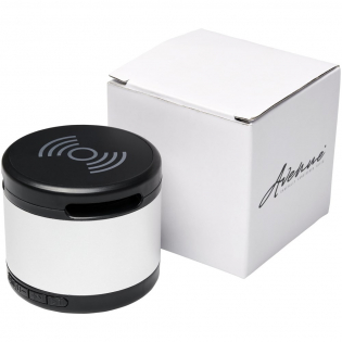 Der Jones metal Bluetooth®-Lautsprecher mit kabellosem Lade-Pad kombiniert erstklassige Klangqualität mit einer bequemen, kabellosen Ladestation. Der Lautsprecher mit einem Aluminiumgehäuse erzeugt einen kristallklaren Sound. Er spielt bei max. Lautstärke mit 3W Leistung für 1,5 Stunden Musik. Der Bluetooth®-Lautsprecher mit seiner erstklassigen Klangqualität ist ideal für das Büro oder Zuhause. Der obere Teil des Lautsprechers ist eine kabellose Ladestation, die alle kompatiblen Geräte drahtlos auflädt. Enthält ein USB-Ladekabel und ein 3,5-mm-Aux-Kabel. Bluetooth® Version 5.0. Die Bluetooth®-Reichweite beträgt 10 m.