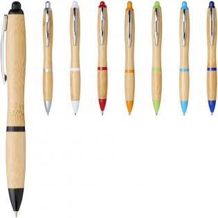 Stylo bille rétractable avec corps en bambou, rehaussé par une agrafe chromée et des finitions en plastique ABS. La couleur du bambou peut varier.