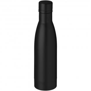 Conservez vos boissons chaudes pendant 12 heures ou froides pendant 48 heures grâce à cette bouteille avec isolation par le vide. Bouteille en acier inoxydable à double paroi 18/8 avec isolation par le vide et placage en cuivre sur la paroi interne qui permet de conserver le froid ou la chaleur de vos boissons selon vos exigences. Capacité 500 ml. Sous coffret cadeau Avenue.