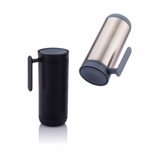 Clik uses a smart 360 degree drinking lid that can be opened and closed with a simple push. The double wall mug can hold 225ml and with the integrated handle it makes travelling with either hot or cold drinks leak proof. The mug is designed in such a way that the outer stainless steel is easy to take apart for recycling and therefore helps you invest in a cleaner world. BPA free and suited for hand wash. Registered design®