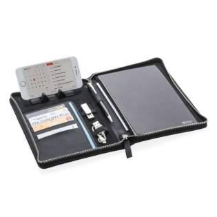 Conférencier A5 avec couverture en PU simili cuir texturé et fermeture à zip. L'intérieur est composé d'un porte tablette/téléphone, porte gadgets, porte cartes, pochettes pour vos notes et papiers. Bloc notes A5 inclus.