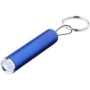 Beleuchten Sie Ihr Logo mit dieser trendigen Tastenleuchte. Die einzelne LED-Glühbirne wird mit drei LR41-Batterien betrieben und erzeugt 3 Lumen. Eine große Logodekorationsfläche zusammen mit einer Lasergravur beleuchtet Ihr Logo mit sofortiger Wirkung.