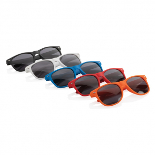Die trendy Sonnenbrille aus PP, mit UV 400 Schutz und schwarzen AC Linsen darf diesen Sommer auf keinen Fall fehlen. Mit Metallschrauben in den Bügelscharnieren.