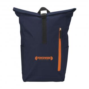 Sac à dos urbain robuste et pratique en polyester 600 D résistant avec une doublure en PVC imperméable et partiellement en nylon. Le sac à dos est muni d'une grande poche intérieure, d'une poche des deux côtés et d'une grande poche zippée à l'avant. L'arrière du sac est en mousse pour plus de confort. Bretelles rembourrées et réglables. Muni d'une boucle de transport. Avec fermeture rétractable et système pratique à cliquet. Le sac idéal pour un usage quotidien. Capacité environ 18 litres.