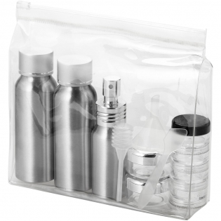 Bevat 2 x 80 ml aluminium flessen, 1 x 30 ml aluminium spray, 2 x 0,5 gram potjes, 1 x 4-laagse pot, een trechter, spatel en zuignapje. Accessoires verpakt in een aparte polybag. Decoratie is alleen mogelijk op de hoes.
