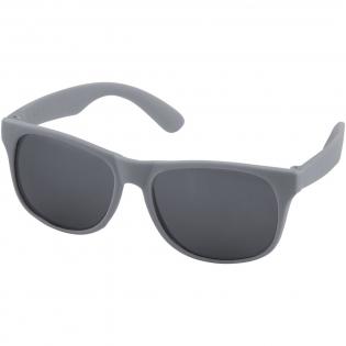 Retro design single color zonnebril met categorie 3 zwarte lenzen. Voldoet aan EN ISO 12312-1 en UV400.