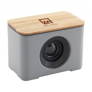 ECO 5W-Bluetooth-Funklautsprecher mit natürlicher Ausstrahlung dank der Verwendung natürlicher Materialien. Das Gehäuse besteht aus Schieferzement, wobei die Oberseite vollständig aus natürlichem Bambus besteht. Mit anderen Worten: Der ideale ECO-Lautsprecher, mit dem Sie zu Hause oder unterwegs Musik genießen können. Der kabellose 5W-Bluetooth-Lautsprecher (Version 5.0) ist wiederaufladbar und hat eine kabellose Reichweite von bis zu 10 Metern. Einfach zu bedienen und mit den meisten gängigen Smartphones und Tablets kompatibel. Inklusive Akku (450 mAh), der bei voller Ladung eine Spielzeit von ca. 3 Stunden garantiert. Ausgang: 5W/4Ohm/5V. Inklusive Micro-USB-Ladekabel und Bedienungsanleitung. Wird einzeln in einem Kraftkarton geliefert.