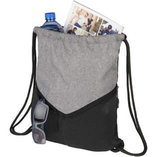 Un sac à dos avec une fermeture à cordon de serrage, grand compartiment principal et deux poches en maille à fermeture Éclair.
