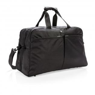 Das neue Design vereint das Beste aus beiden Welten, es enthält die Portabilität einer Reisetasche mit der Organisation und Öffnung eines Koffers. Die Tasche verfügt über eine umlaufende Öffnung mit Zugriff auf zwei Fächer und einem separaten 15.6'' Laptopfach. Auf der Rückseite befindet sich ein extra Fach für Ihre Zeitung sowie ein Reißverschlussfach mit RFID Schutz. Auf der Vorderseite befinden sich noch zwei weitere große Reißverschlusstaschen. PVC-frei.