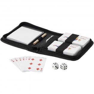 Zwei Kartenspiele, 5 Würfel, Notizblock und Bleistift in einem Reiseetui.