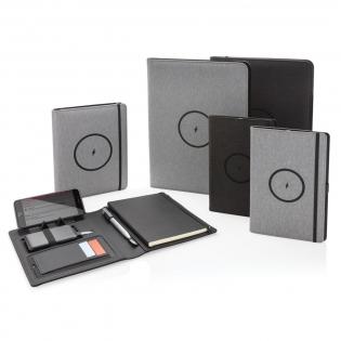 Deze RPET-portfolio met een notitieblok van 20 gelinieerde 70 grams creme-kleurige pagina's beschikt over de nieuwste technologie. De voorkant heeft een draadloos oplaadpad voor je telefoon. (Nieuwste generaties Android, iPhone 8 en hoger). Oudere telefoons en tablets kunnen worden opgeladen via de USB-poorten van de 5.000 mAh powerbank. Input: 5.0V/2.1A. Uitgang 1: 5.0V/2.1A. Uitgang 2: 5.0V/2.1A. Draadloze uitgang: 5W. Geregistreerd ontwerp®