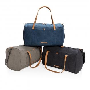 Stylisch unterwegs, in dieser Tasche finden alle Ihre wichtigen Dinge für einen Kurztrip ihren Platz. Mit einstellbarem, aber auch abnehmbarem Schultergurt. PVC-frei