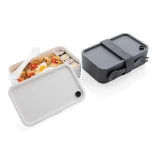 Deze stijlvolle en stevige lunchbox past perfect in een gezonde levensstijl. Hij is groot genoeg voor het meenemen van sandwiches en heerlijke salades, maar ook voor het opwarmen van pasta of rijstmaaltijden. Gemaakt van PP, vaatwasser- en magnetronbestendig. Inclusief handige spork en elastische band. Inhoud 1,2 liter.