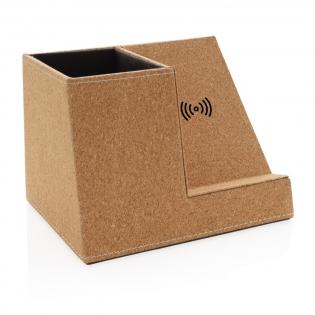 Chargeur sans fil 5W avec porte-stylo en liège naturel. Câble de 150 cm en paille de blé (15%) et TPE. Deux ports de sortie USB A au dos pour le chargement via un câble. Compatible avec tous les appareils supportant la recharge sans fil (Qi) comme Android dernière génération, iPhone 8 et plus.  Entrée: 5V / 2A; Sortie sans fil: 5 / 1A - 5W. 2x sortie USB 5V / 2A; Article et accessoires 100% sans PVC.