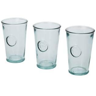 Ensemble de 3pièces en verre recyclé comprenant trois tasses de 300ml. Fabriqué à partir d'unebouteille en verre. La fabrication en verre recyclé implique moins d'énergie, de matières premières et d'additifs que ce qui est nécessaire pour une fabrication en verre traditionnel. Dimensions d'une tasse: hauteur 13cm, diamètre 8cm.