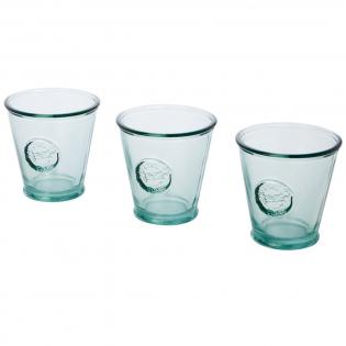 Ensemble de 3pièces en verre recyclé comprenant trois tasses de 250ml. Fabriqué à partir d'unebouteille en verre. La fabrication en verre recyclé implique moins d'énergie, de matières premières et d'additifs que ce qui est nécessaire pour une fabrication en verre traditionnel. Dimensions d'une tasse: hauteur 9cm, diamètre 9cm.