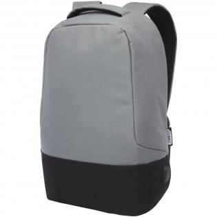 """Ausgestattet mit einem offenen Hauptfach mit Ordnungsfach, gepolsterter 15"""" Laptophülle und 2 Taschen mit RFID-Schutz. USB-Port auf der rechten Seite zum einfachen Anschließen und Laden von Geräten aus dem Innenraum. Mit gepolsterten Schultergurten, rechtem Schultergurt, versteckter Reißverschlusstasche, Haltegriff und Trolley-Durchgriff. Für die Herstellung dieser Tasche werden ca. 15 Kunststoffflaschen recycelt."""